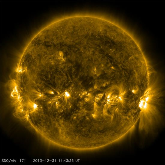 나사가 공개한 '노란' 태양…눈에 띄는 '코로나와 북부 전이 지역'