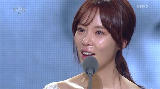 "'KBS 연기대상' 황정음 눈물 소감…""촬영 내내 하도 울어 습관"""