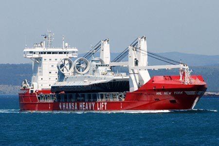 수송선에 실려오는 중국 주브르급 공기부양정