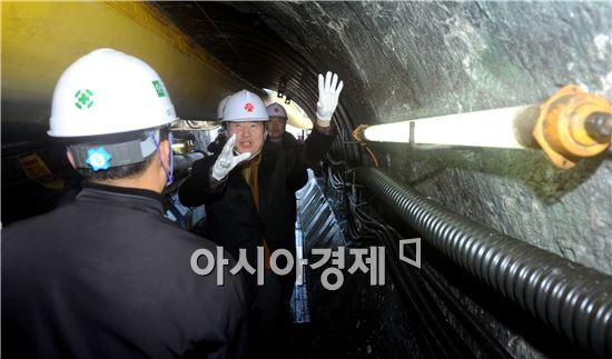 [포토]강운태 광주시장, 도수터널 건설 현장 점검