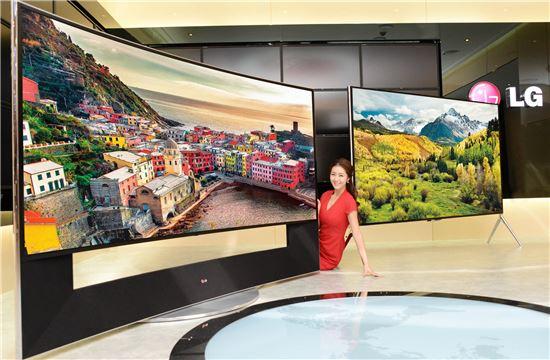 ▲LG전자 모델 105인치 곡면 UHD TV(왼쪽)와 98인치 UHD TV를 소개하고 있다.