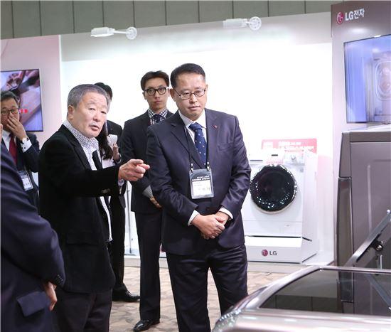 ▲구본무 LG그룹 회장(앞줄 왼쪽)이 지난 3일 고양 킨텍스에서 열린 LG전자 주요 제품 전시 현장을 찾아 제품을 살펴보고 있다.
