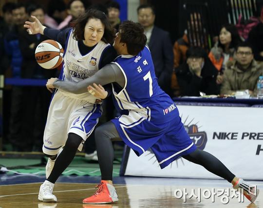 [포토] 정선민 '김혁, 농구 좀 하는데'