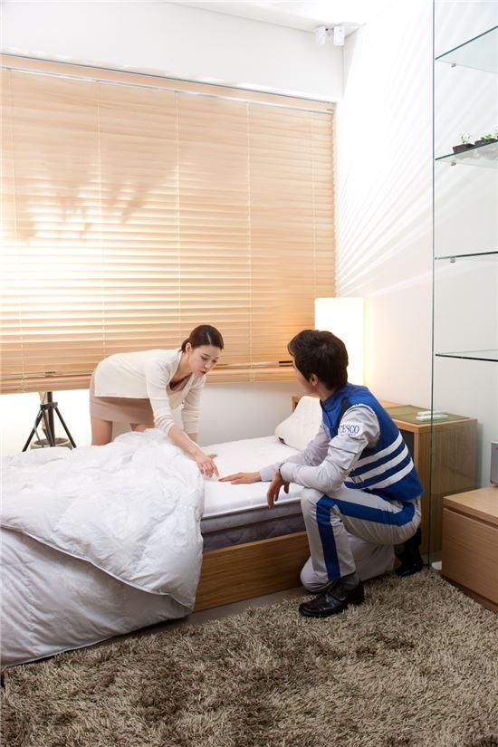 세스코 서비스 컨설턴트가 침대 부근 해충을 점검하고 있다.