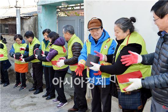 강운태 광주광역시장(오른쪽에서 세번째)은 5일 오후 서구 양3동 소재 저소득 가정을 찾아 따뜻한 겨울을 지낼 수 있도록 공동모금회 봉사단과 공무원 등 50여명과 함께 사랑의 연탄배달 봉사활동을 했다.