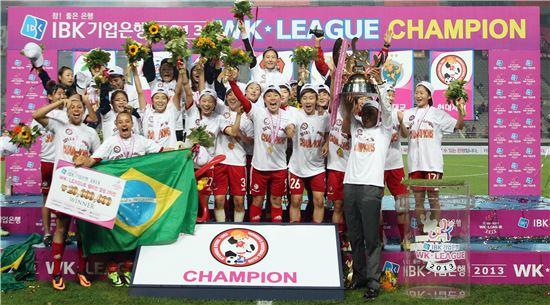 현대제철 여자축구단 레드엔젤스가 2013 WK리그 챔피언 결정전에서 서울 시청을 3대 1로 꺽고 우승한 후 기쁨을 만끽하고 있다. (사진제공=현대제철)