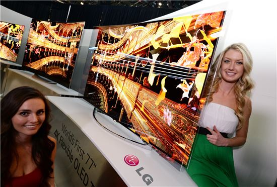 ▲LG전자 모델들이 77인치 가변형 OLED TV를 소개하고 있다.