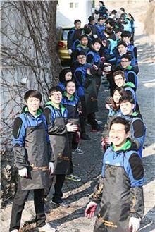 효성 신입사원 200여명이 6일 서울 상계동 일대에서 저소득계층 이웃에 총 1만장의 사랑의 연탄을 전달하는 봉사활동 모습.