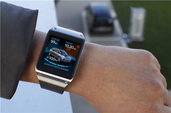 ▲갤럭시기어로 BMW 전기자동차 i3의 충전 상태를 확인하고 있다.