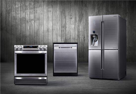 ▲삼성전자가 'CES 2014'에서 프리미엄 주방가전 셰프컬렉션을 공개했다. 왼쪽부터 셰프컬렉션 오븐·전자레인지, 식기세척기, 냉장고.