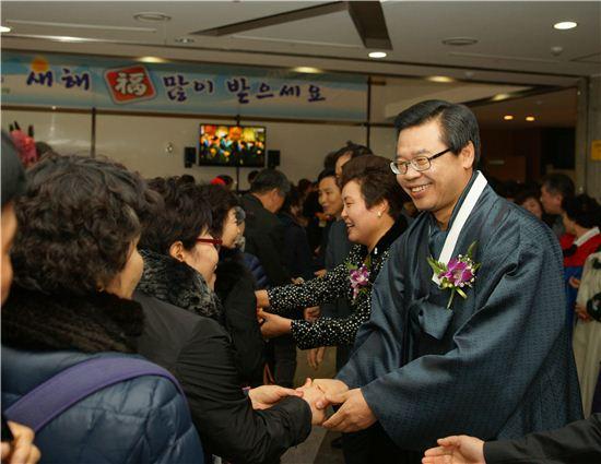 성장현 용산구청장이 신년인사회에 앞서 주민들을 반갑게 맞고 있다.