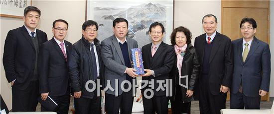 권종수 여수광양항만공사 사장 직무대행(오른쪽 네 번째)이 8일 공사를 방문한 중국 옌타이항무국 지샤오보 총재(왼쪽에서 네 번째)일행과 기념촬영을 하고 있다.