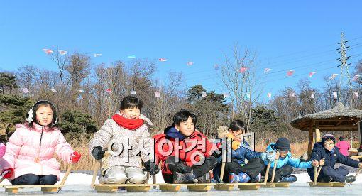 [포토]썰매타기 시합하는 어린이들