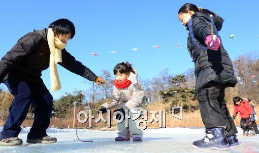[포토]팽이치기 배우는 어린이들