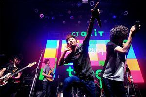 젊은 대중 음악인을 지원하는 'CJ튠업'. CJ가 지원하는 신인뮤지션 바이바이배드맨과 선배뮤지션 크라잉넛이 함께 공연을 펼치고 있다.