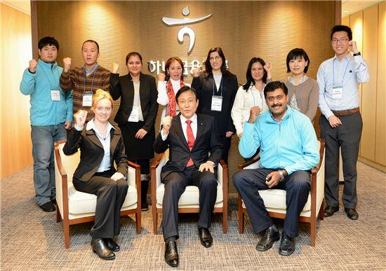 김정태 하나금융그룹 회장(사진 앞줄 가운데)이 10일 서울 을지로 소재 하나금융지주 본사에서 열린 '해외현지 직원들과의 건강한 소통' 행사에 참석해 한국을 방문한 해외현지 직원들과 함께 간담회를 가진 후 기념촬영을 하고 있다.