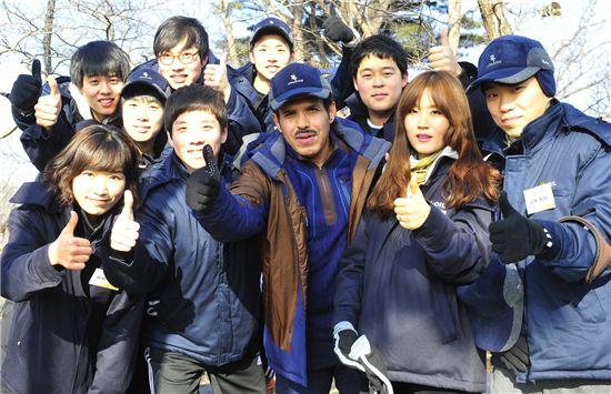 나세르 알 마하셔 CEO(앞줄 가운데)가 11일 서울 청계산에서 신년 산행 행사를 갖고 이수봉 정상에 오른 뒤 신입사원들과 기념촬영을 하고 있는 모습.