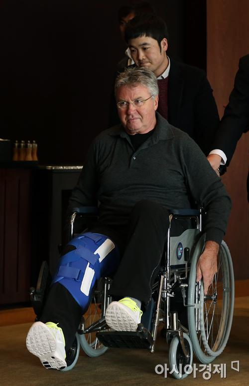 [포토] 무릎 수술 받은 거스 히딩크 감독