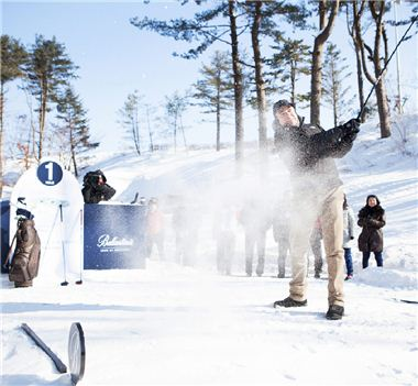 추운 겨울날씨에도 골프는 계속된다. 최근에는 단단하게 다지고 얼린 눈을 페어웨이와 그린으로 활용하는 스노골프까지 인기다.