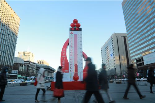 서울 광화문광장에 설치된 사랑의 온도탑이 13일 오전 10시 현재 101.7℃를 가리키고 있다.