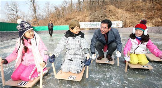 광명시 광명동굴에 얼음썰매장 개장…첫날 2364명 찾아