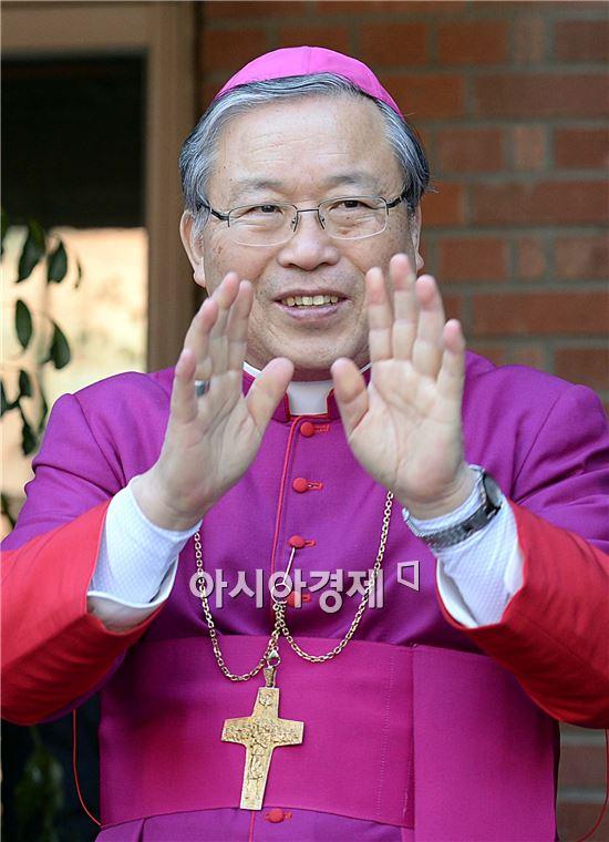 [포토]손 흔들며 밝은 표정 보이는 염수정 대주교