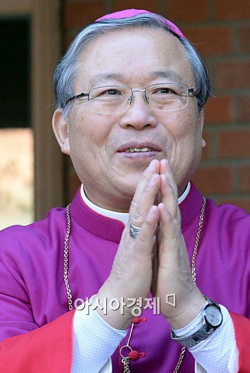 [포토]염수정 대주교, '두 손 모아 인사'
