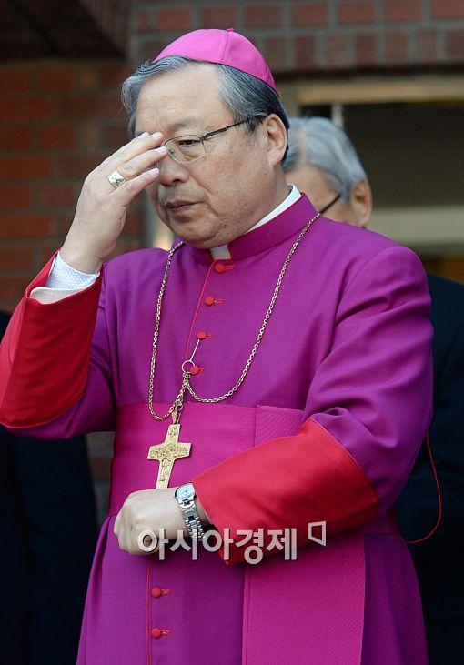 [포토]기도하는 염수정 대주교