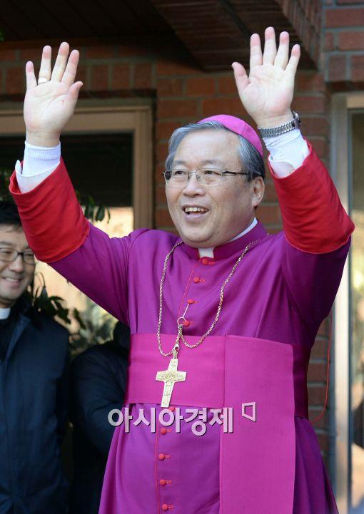 [포토]손 흔드는 염수정 대주교