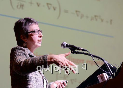 [포토]강연하는 엠 제이 에스테반