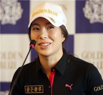 안시현이 13일 서울 플라자호텔에서 열린 골든블루와의 스폰서 계약식에서 인터뷰를 하고 있다.