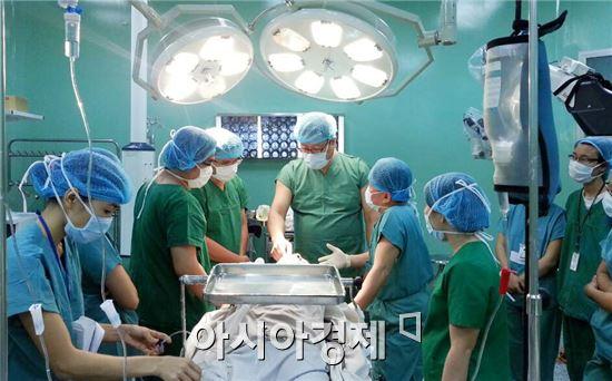 정신교수(가운데)가 베트남 의료진이 지켜보는 가운데 난치성 뇌종양을 수술하고 있다.