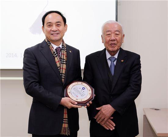 해남윤씨 대종회, 고석규 목포대 총장에 감사패