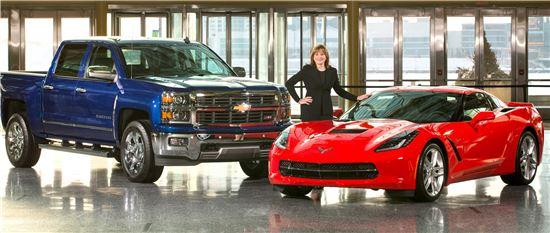 메리 바라 GM CEO가 디트로이트 GM 본사에서 '북미 올해의 차'에 선정된 쉐보레 콜벳, 실버라도와 함께 기념사진을 찍고 있다.