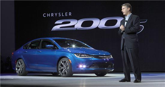 13일(현지시간) 2014 북미국제오토쇼에서 앨 가드너 크라이슬러 브랜드 CEO가 올뉴 크라이슬러 200을 소개하고 있다.