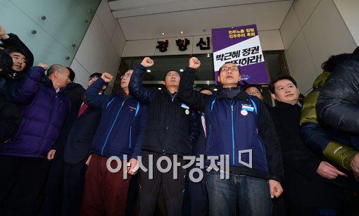 [포토]민노총 건물 나선 김명환 위원장, 5분만에 발길 돌려