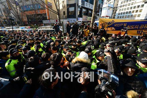[포토]김명환 철도노조위원장 자진 출두 시도, 아수라장