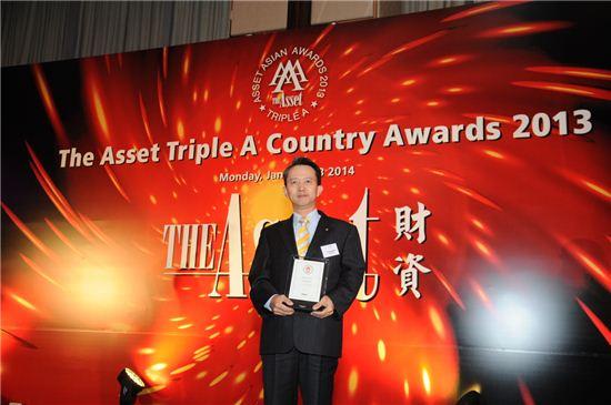 13일 김진형 신한은행 홍콩지점장이 'The Asset誌' 선정 2013 대한민국 최우수 은행상을 수상한 후 기념촬영하고 있다.