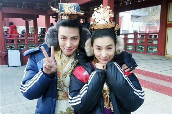 ▲커플귀마개를 착용한 지창욱(왼쪽)과 김서형.(출처: 김서형 페이스북)