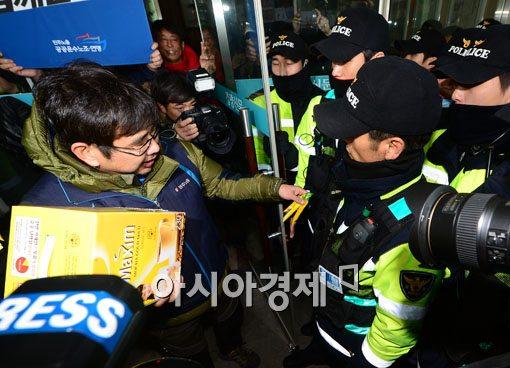 [포토]경찰들에게 커피믹스 나눠주는 민노총