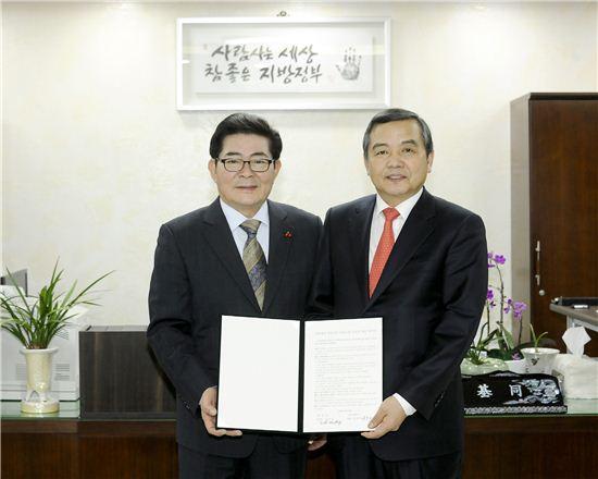 김기동 광진구청장(왼쪽)과 이상목 건국대학교 행정대외 부총장(오른쪽)이 협약을 체결한 모습.