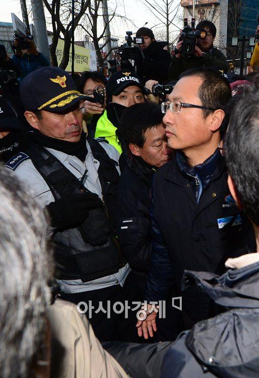 [포토]민주노총 건물 나선 김명환 철도노조위원장