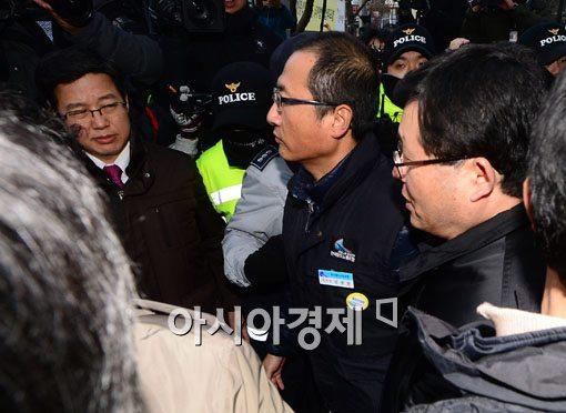 [포토]경찰 자진 출두하는 김명환 철도노조위원장