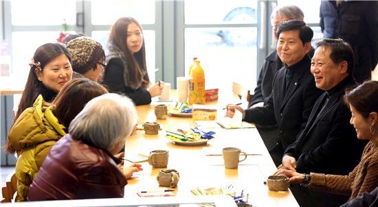 차성수 금천구청장이 어울샘 운영위원들과 함께 대화를 나누고 있다.