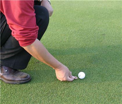 동전으로 마크할 때에는 손이 공에 닿지 않도록 해야 한다.