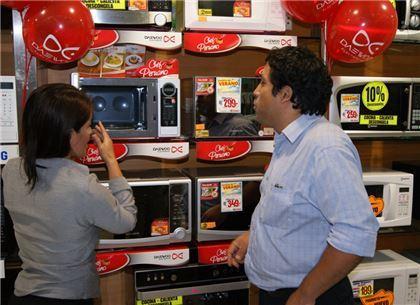 ▲페루 가전양판점에서 소비자들이 동부대우전자의 중남미 요리 자동조리 전자레인지를 살펴보고 있다.