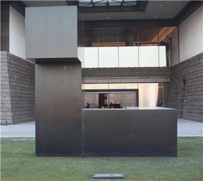 경기도 이천 트리니티의 43억원짜리 조각품 '나이트(Night)', 미국의 대표적인 현대조각가 토니 스미스의 작품이다.