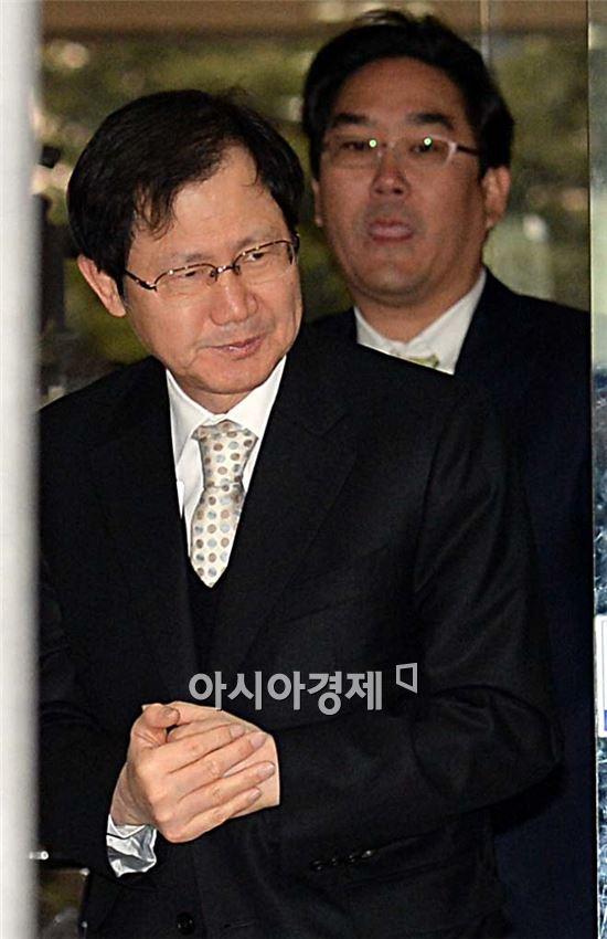 [포토]두 손 만지며 법원 출두한 박찬구 회장
