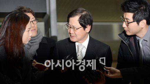 [포토]취재진들의 질의에 답하는 박찬구 금호석유화학 회장
