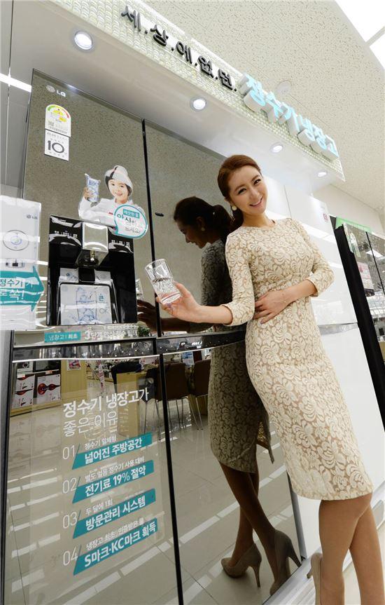 ▲서울 동교동 소재 LG 베스트샵 매장에서 LG전자 모델이 디오스 정수기 냉장고를 소개하고 있다.